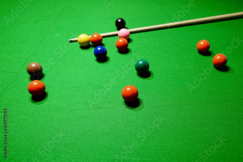 Foto snooker balls and cue on snooker table