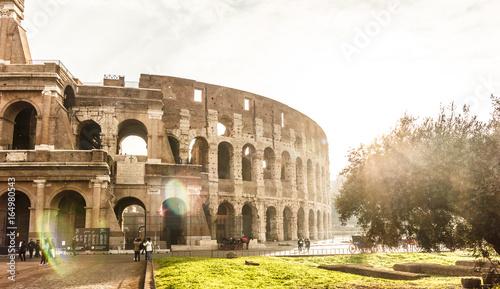 Zdjęcie XXL Sławny punkt zwrotny Colosseum w rocznika stylu i światło słoneczne skutku.