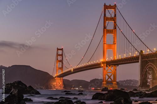 Платно Golden Gate Bridge in San Francisco am Abend