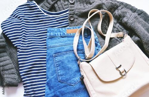 Zdjęcie XXL Płaskie świeckich moda odzież damska zdjęcie / Jesień i zima moda blogger strój. Koszula w paski, brązowy sweter z dzianiny wełnianej, niebieskie dżinsy z drelichowej i beżowej torby. Swobodny styl, modne zużycie