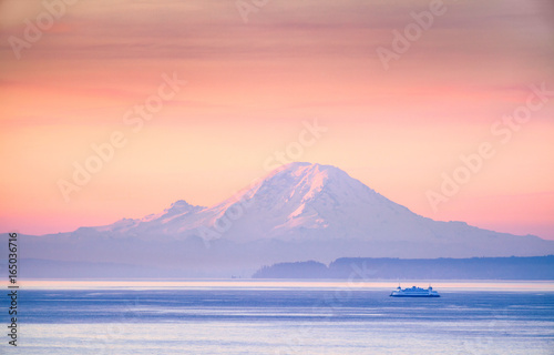 Keuken foto achterwand Ochtendgloren A ferry crossing the Puget Sound at sunrise with Mount Rainier in the background, Washington, USA