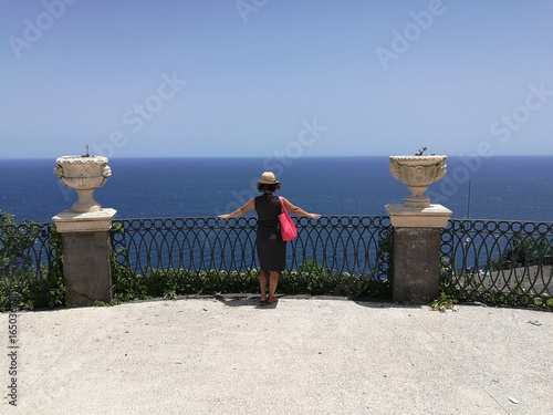 Photo girl admires panorama from acireale
