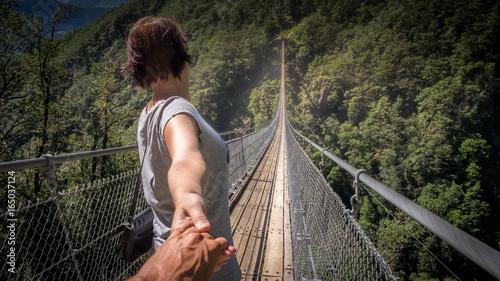 Fotografie, Obraz  Angst überwinden auf der Hängebrücke