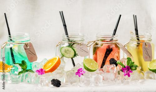 letnie-delikatne-lemoniady-ze-slomkami-i-owocami