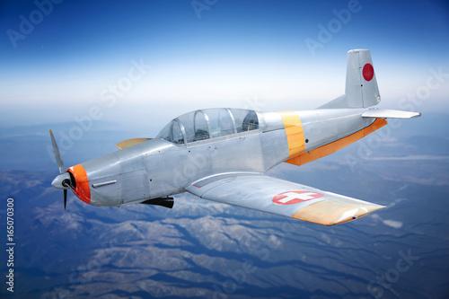 bialo-pomaranczowy-samolot-sportowy-wysoko-nad-chmurami