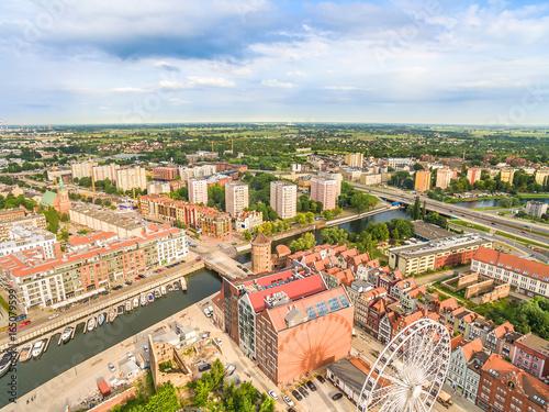 Fototapeta Gdańsk - krajobraz miasta z lotu ptaka. Nowa Motława i brama Stągiewna oraz zabudowania wyspy Spichrzów. obraz na płótnie