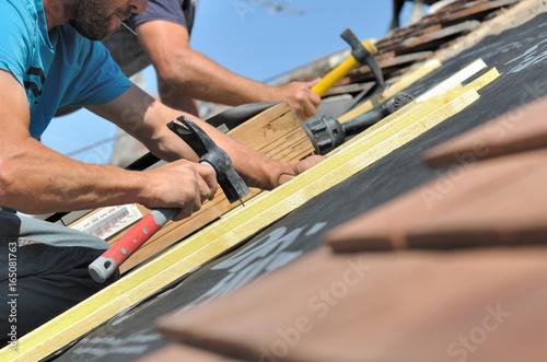 couvreurs clouant des lattes pour rénovation toiture Tableau sur Toile