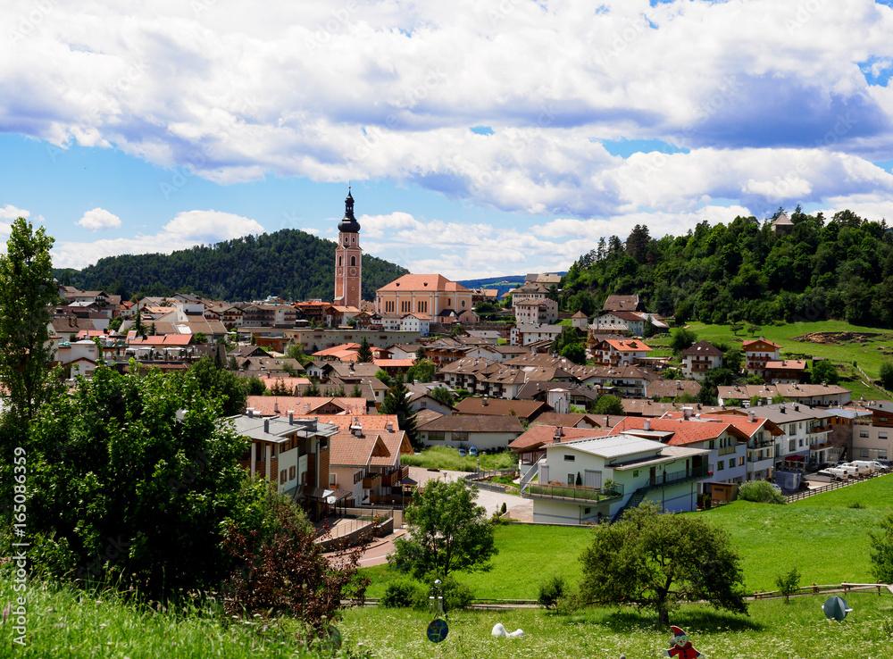 Fototapety, obrazy: Blick über die Stadt Kastelruth in den Dolomiten, Tirol