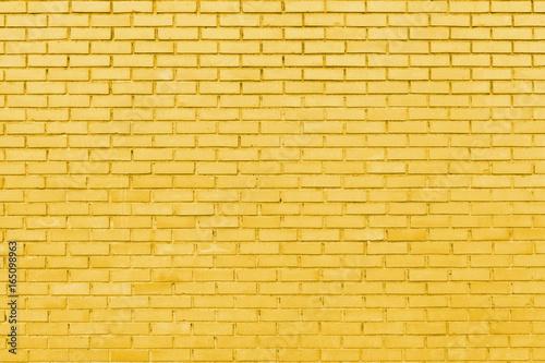 mur-z-zoltych-cegiel
