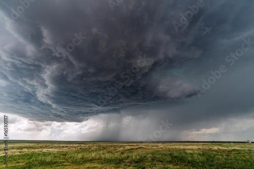 ciemne-burzowe-chmury-z-burzy-z-piorunami