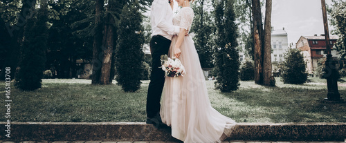 Foto stylish wedding bride and groom in sunny park, sensual moment