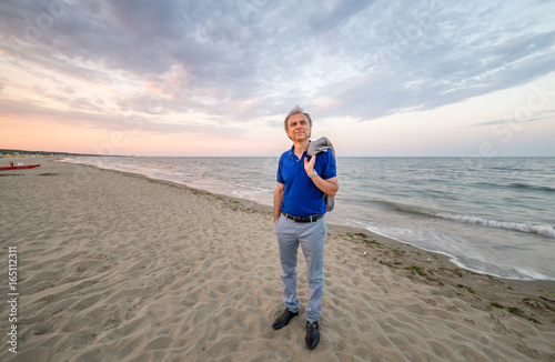 Fotografia  classy mature man on seaside
