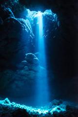 Promień słońca do podwodnej jaskini