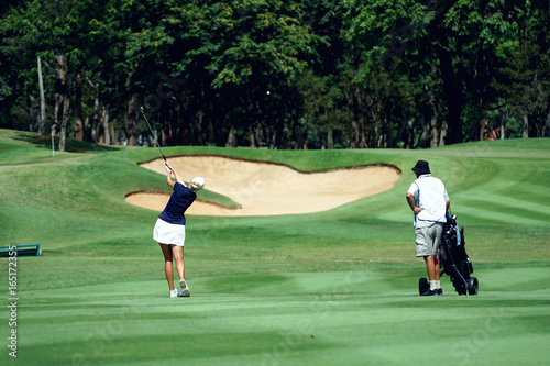 Plakat Golf kobieta to sport wymagający tolerancji na ciepło.