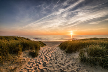 Naklejka Krajobraz Weg zum Strand im Sonnenuntergang