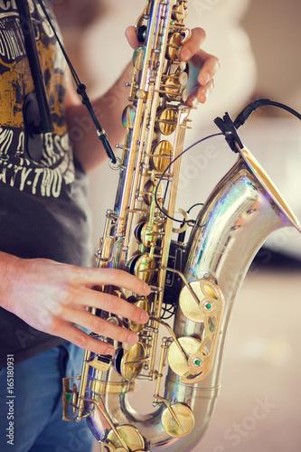 Zdjęcie XXL Człowiek z saksofonem w rękach