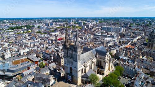 Photographie aérienne de la cathédrale Saint Maurice d'Angers Wallpaper Mural