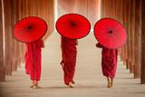 Myanmar Nowicjusz mnich idzie razem w starożytnej pagodzie Bagan Mandalay - 165198706