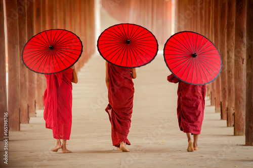 Fotografía  Myanmar Novice monk walking together in ancient pagoda Bagan Mandalay