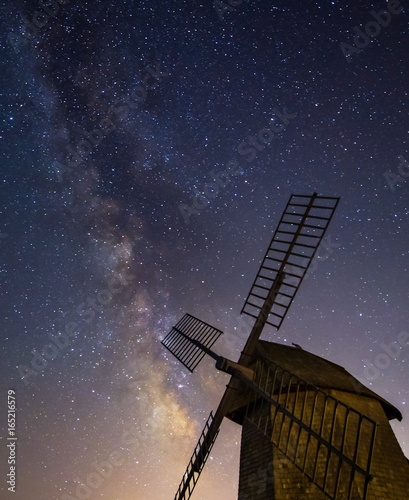 Fotografia  Milky Way rising over windmill