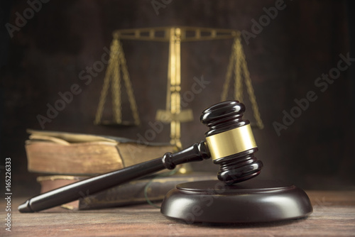 Judge gavel, old books and scales on a wooden table, justice symbols for balance Tablou Canvas