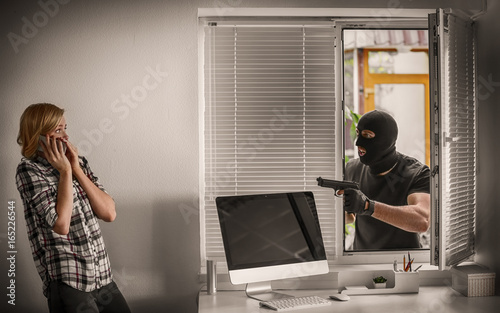 Fotografía  Angry thief and victim in office