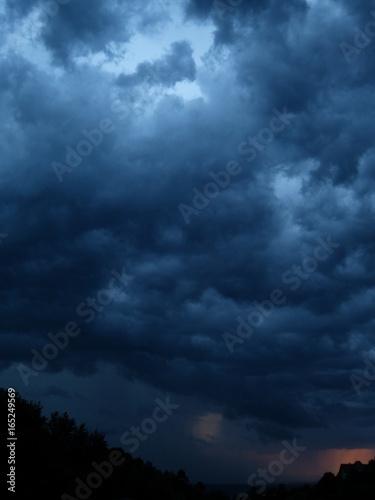 Fotografia  dunkelblaue wolken über ortenau lauf