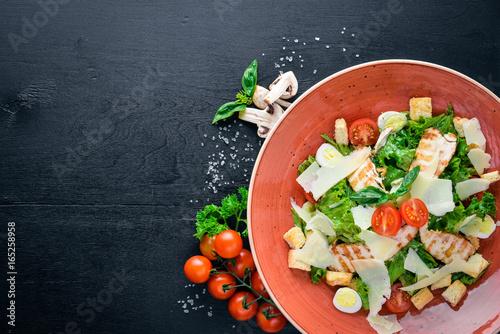 Fotografía  Caesar salad with chicken and fresh vegetables