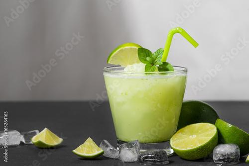koktajlowy-sok-z-limonka-mieta-i-lodem