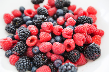 fresh antioxidant food raspberry blueberry blackberry