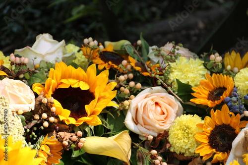 Keuken foto achterwand Begraafplaats Letzter Gruß mit gelben Blumen zur Beerdigung