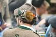 Mann in Tracht mit bayrischem Filzhut mit Gamsbart und Ansteckern von hinten