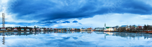 Fotografia, Obraz Beautiful panorama of the skyline cityscape of Reykjavik, reflected in lake Tjor