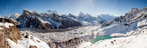Wspaniałe panoramiczne krajobrazy Himalajów w dolinie Khumbu w Nepalu