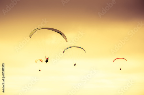 Fotografía  Colorful hang glider/paraglider against the colorful sunset sky