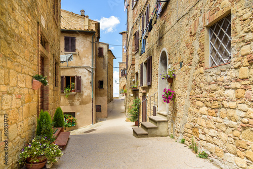 Deurstickers Smal steegje alley in the historic town of Volterra, tuscany, italy
