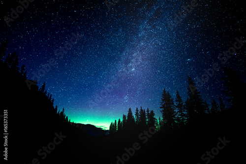 Photo Star gazing the Aurora Borealis at Moraine Lake in Banff National Park