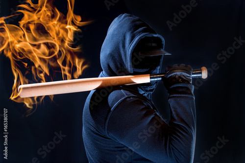 Photo A violent man has a beating stick in his hand