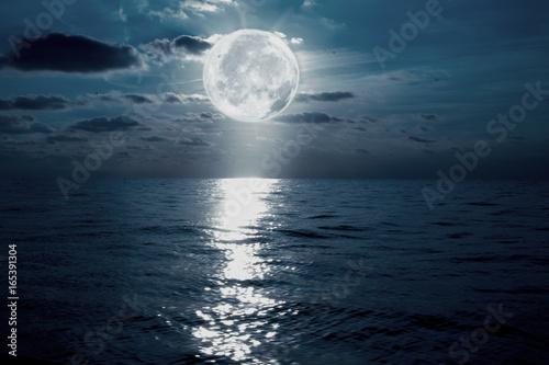 Obraz anochece en el mar con la luna y el cielo - fototapety do salonu
