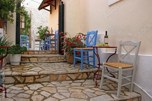 wino-i-winogrona-na-stole-parga