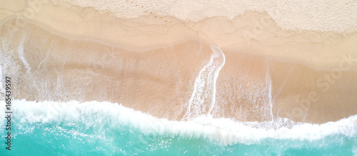 Poster de jardin Vue aerienne Aerial view of sandy beach and ocean with waves
