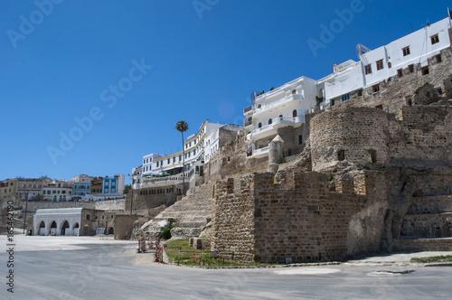 Poster Maroc Marocco: le antiche mura della medina di Tangeri, la città sulla costa del Maghreb all'ingresso occidentale dello stretto di Gibilterra, dove il Mar Mediterraneo incontra l'Oceano Atlantico