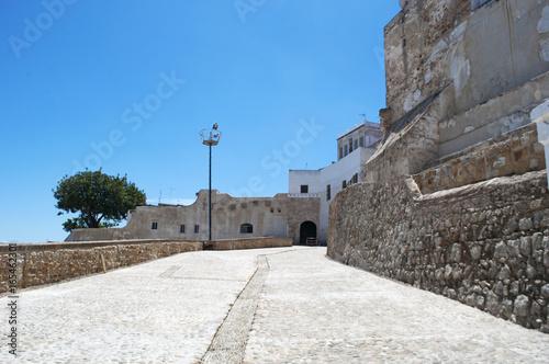 Recess Fitting Morocco Marocco: le antiche mura della medina di Tangeri, la città sulla costa del Maghreb all'ingresso occidentale dello stretto di Gibilterra, dove il Mar Mediterraneo incontra l'Oceano Atlantico
