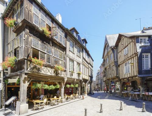 Fotografie, Obraz  Fachwerkhäuser am Place des Merciers in der Altstadt von Dinan