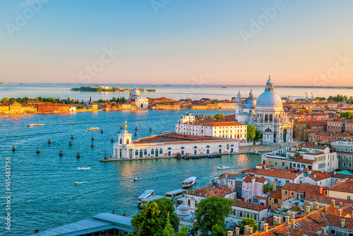 La pose en embrasure Venise Top view of old town Vanice at sunset