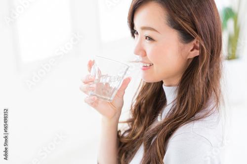 Cuadros en Lienzo  水を飲む女性