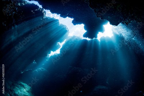 Photo Rays of sunlight into the underwater cave