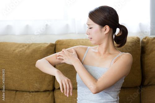 Fotografia  アレルギー・腕を掻く女性