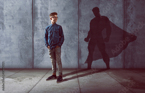 Kind mit Schatten in Heldenform Wallpaper Mural