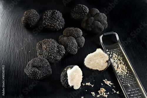 Fotografie, Obraz  tartufi neri su sfondo ardesia nero